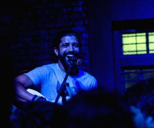 Farhan Akhtar surprises fans with impromptu gig ()