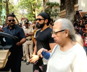 Farhan Akhtar arrive to stand by grief struck Kapoor family
