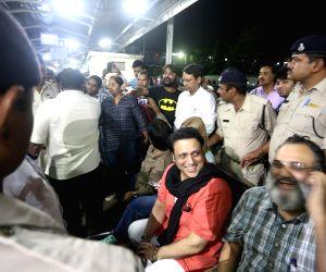 Govinda spotted at railway station