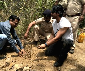 Harshvardhan Rane plants saplings on World Environment Day ()