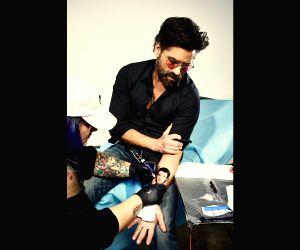 John Stamos posts photo getting Nick Jonas' tattoo