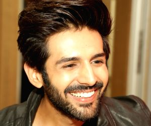 Kartik Aaryan at the launch of Moto E5 Plus