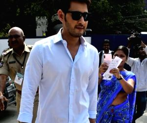 Telangana Assembly election - Mahesh Babu arrives to cast his vote