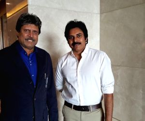: (231115) Hyderabad: Pawan Kalyan meets cricketer Kapil Dev