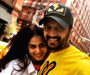 An amused Riteish describes Genelia's cute expression with a romantic song