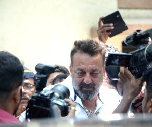 Sanjay Dutt goes to court, arrest warrant cancelled