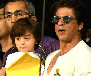 Shah Rukh Khan, AbRam, & Gauri wished fans 'Happy Diwali' with a Tika