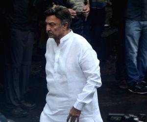 Shashi Kapoor's funeral - Suresh Oberoi