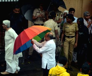 Shashi Kapoor's funeral - Tinnu Anand