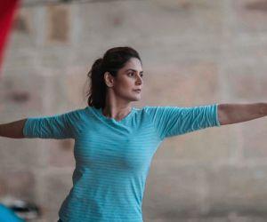 'Atma Nirbhar' Zareen applies Eid mehndi on her own