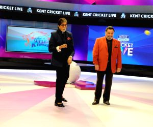 Actors Rishi Kapoor and Amitabh Bachchan. (Photo: IANS)