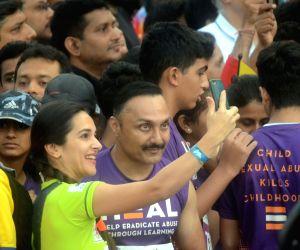 Actors Tara Sharma and Rahul Bose pose for a selfie during Mumbai Marathon on Jan 21, 2018.