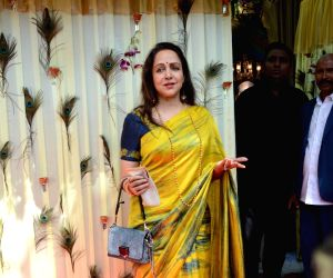 Hema Malini, Esha Deol set to catwalk for 'Cakewalk'