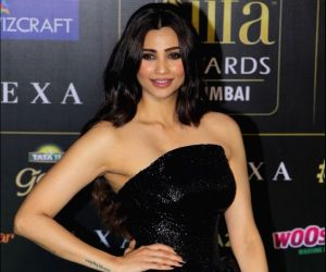 Daisy Shah fails to appeal fashion critics in her black shimmery outfit at IIFA 2019