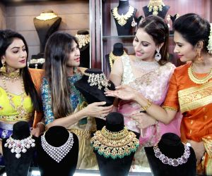 Kavya Gowda inuagurates 2020 Women Jewelers Collection fair