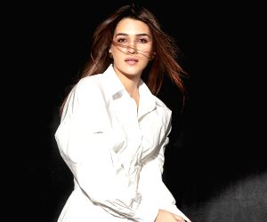 Kriti Sanon shares 'Instagram v/s reality' video as she sweats out in the gym on a 'leg day'