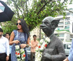 The starcast of film 'Ekkees Toppon Ki Salaami' paid tribute to R. K. Laxman