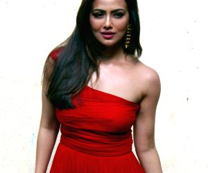 Sana Khan inaugurates shop for cause by Vyoum
