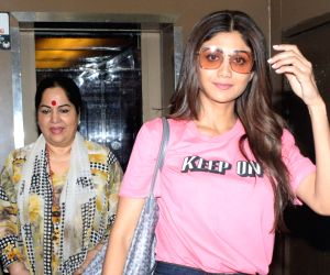 actress-shilpa-shetty-with-her-mother-sunanda