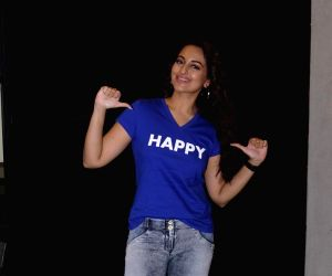 Father looking forward to watching 'Happy Phir Bhag Jayegi': Sonakshi
