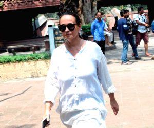 Kalpana Lajmi funeral - Soni Razdan