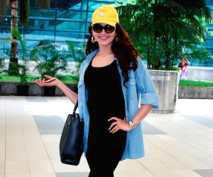 actress-urvashi-rautela-at-the-domestic-airport