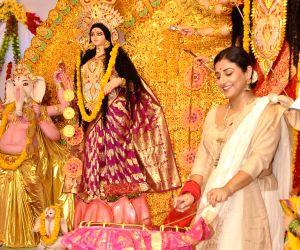 Vidya Balan visit Durga Pandal