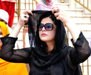 Zarine Khan paying obeisane at Golden Temple