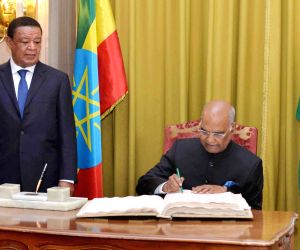 Addis Ababa (Ethiopia): President Kovind signs the visitor's book at Presidential Palace