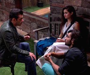 Free Photo: Salman Khan to console Rashami Desai in 'Bigg Boss