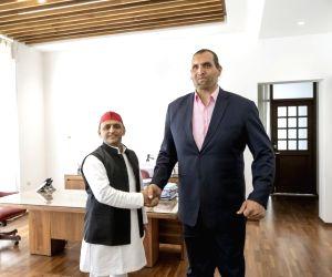 Akhilesh meets Khali in Lucknow