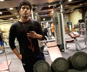 Allu Sirish misses 'posing in front of mirror' in gym