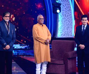 Big B shakes leg with Jeetendra on TV show ()