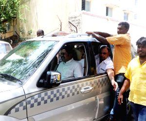 Tondiarpet (Tamil Nadu): Protesters stop T. T. V. Dhinakaran's convoy from entering RK Nagar, pelt stones