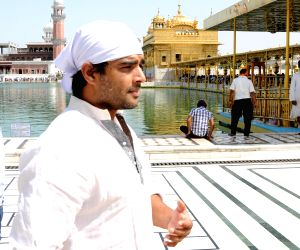 Madhavan pays obeisance at the Golden Temple