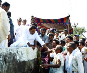 Andhra Pradesh: N Kiran Kumar Reddy interacts with villagers of a flood affected district of the state