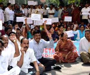 Andhra Pradesh Secretariat Employees protest against creation of Telangana