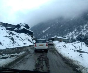 Arunachal Pradesh: Heavy snowfall at Sela Pass