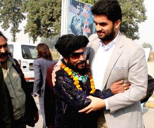 Pakistani theatre artists arrivie at Attari border