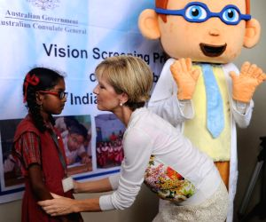 Australian Foreign Minister interacts with school children