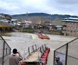 Pontoon bridge on Jhelum washed away in Baramulla