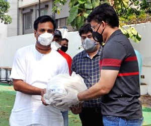 Sourav Ganguly distribute food to homeless poor people