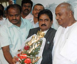 HD Devegowda greeting Kumarswamy