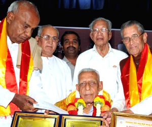 H D Deve Gowda felicitates freedom fighter HS Doreswamy