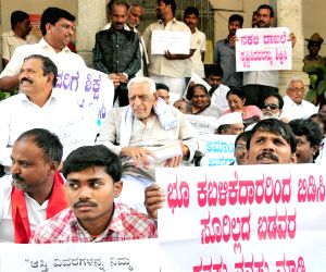 H S Doreswamy stages a protest in Bengaluru