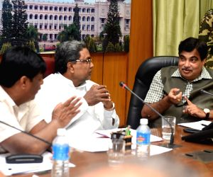 Nitin Gadkari, Siddaramaiah during a meeting