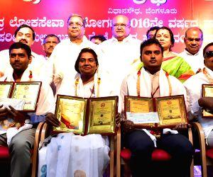Karnataka CM felicitates UPSC 2016 Topper