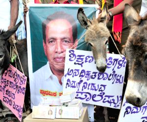 Parents demonstrate against Karnataka Education Minister