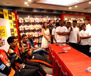 Sunrisers Hyderabad  players visit a store