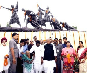 Bihar CM lays wreath at 'Shahid Smarak'